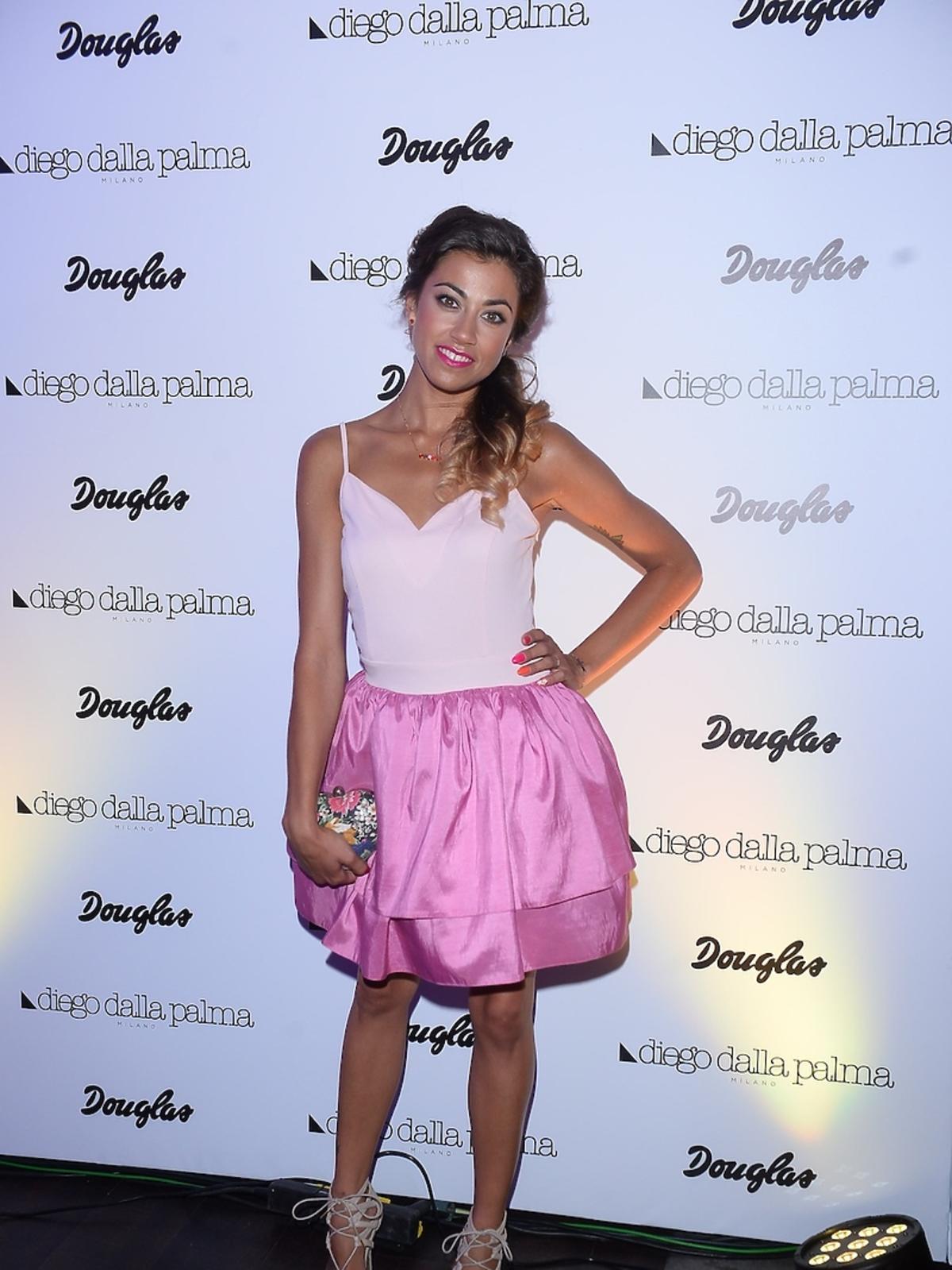 Maja Hyży w pastelowym topie, różowej spódniczce i szpilkach