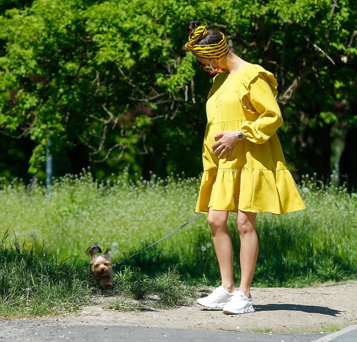 Maja Hyży w żółtej sukience na spacerze