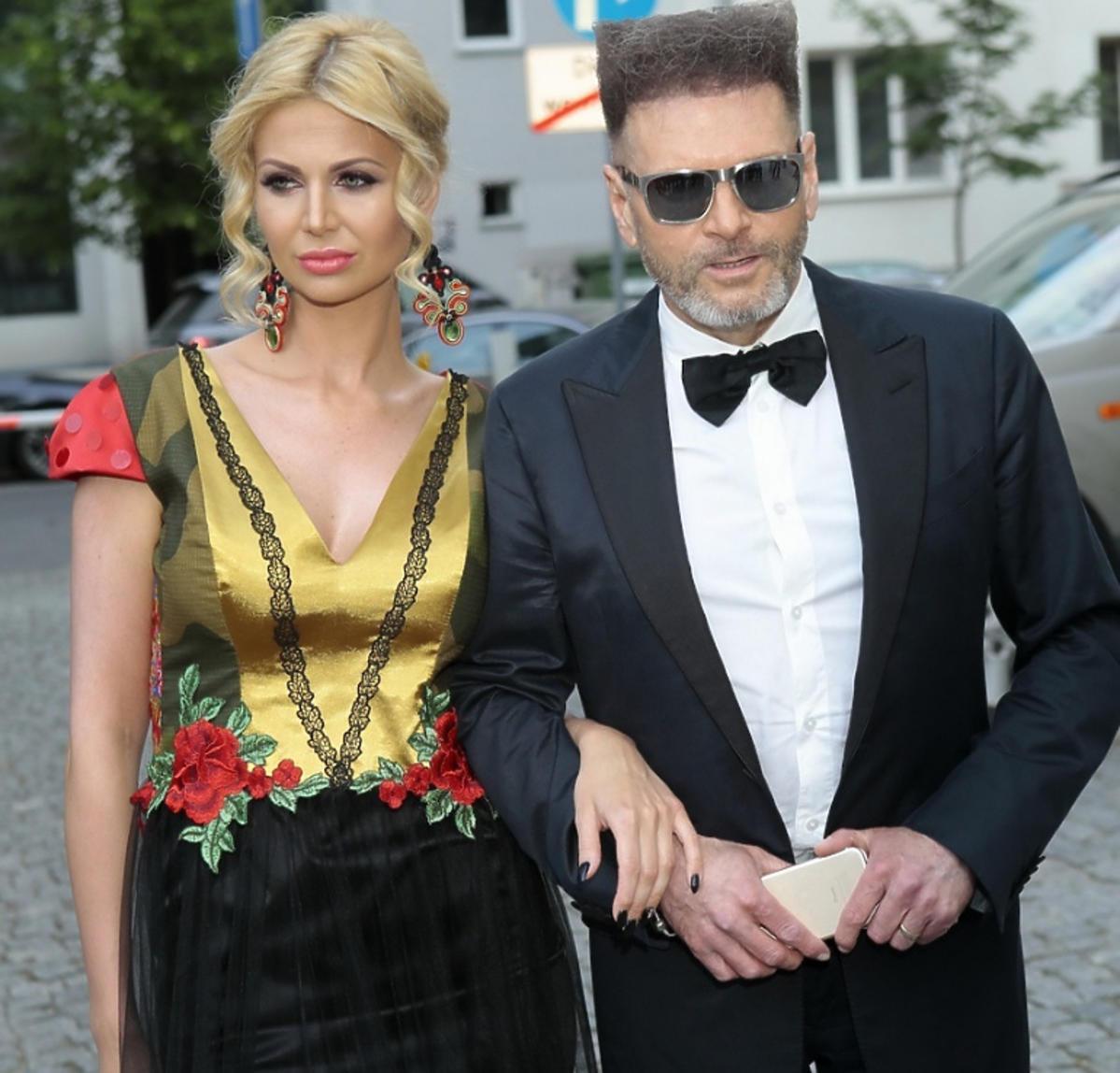 Maja Plich w kolorowej sukni, Krzysztof Rutkowski w czarnym smokingu