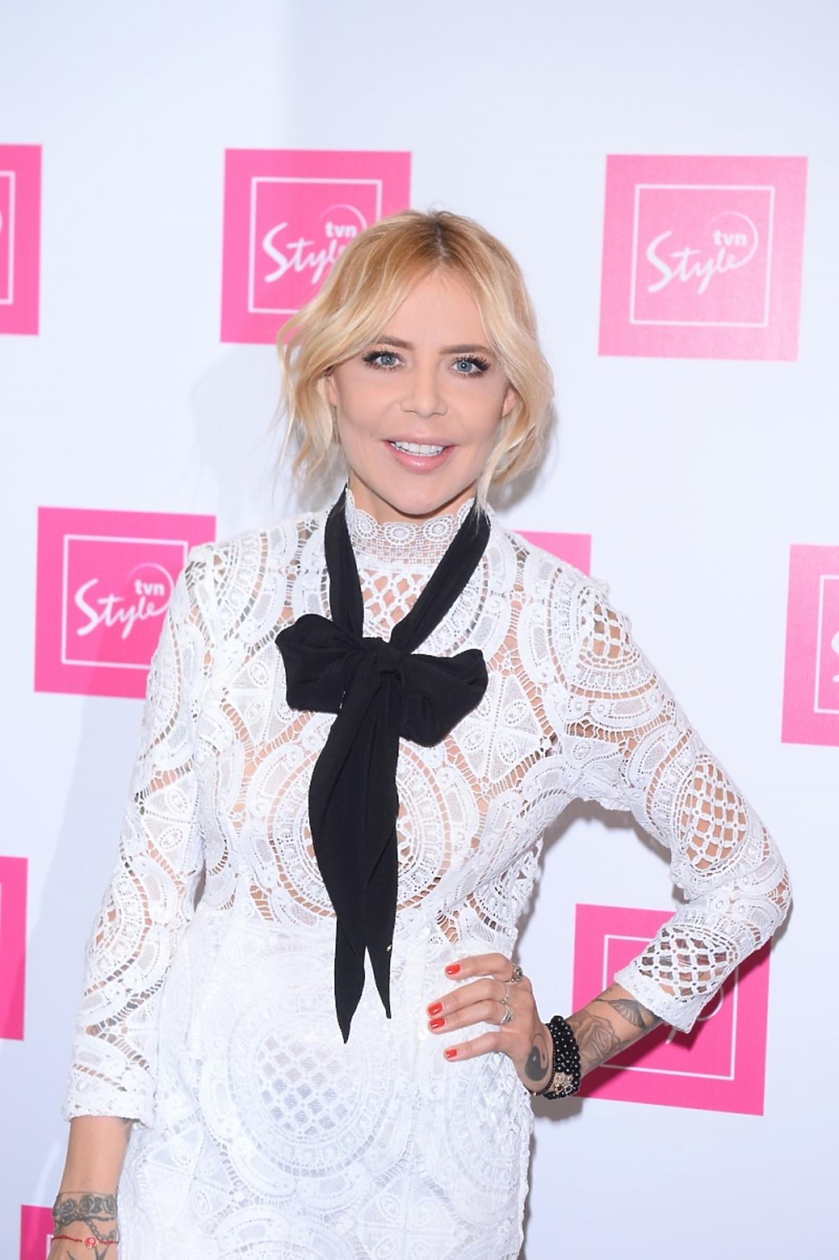 Maja Sablewska w białej koronkowej sukience z kokardą