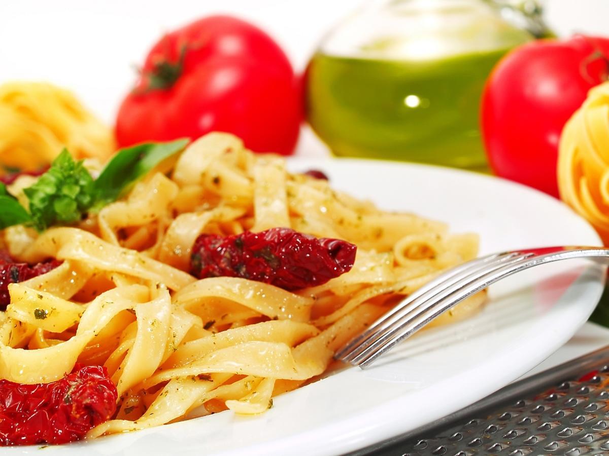 Makaron z suszonymi pomidorami – sprawdzone przepisy