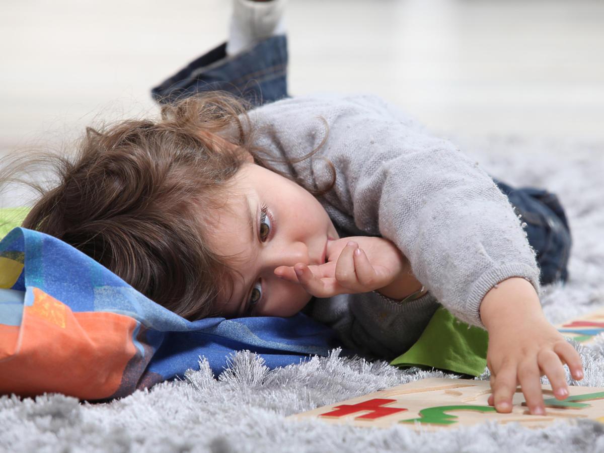 Małe dziecko ssie swój kciuk