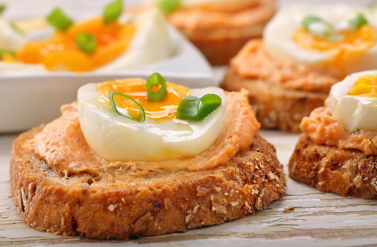 Małe kanapki z pastą jajeczną