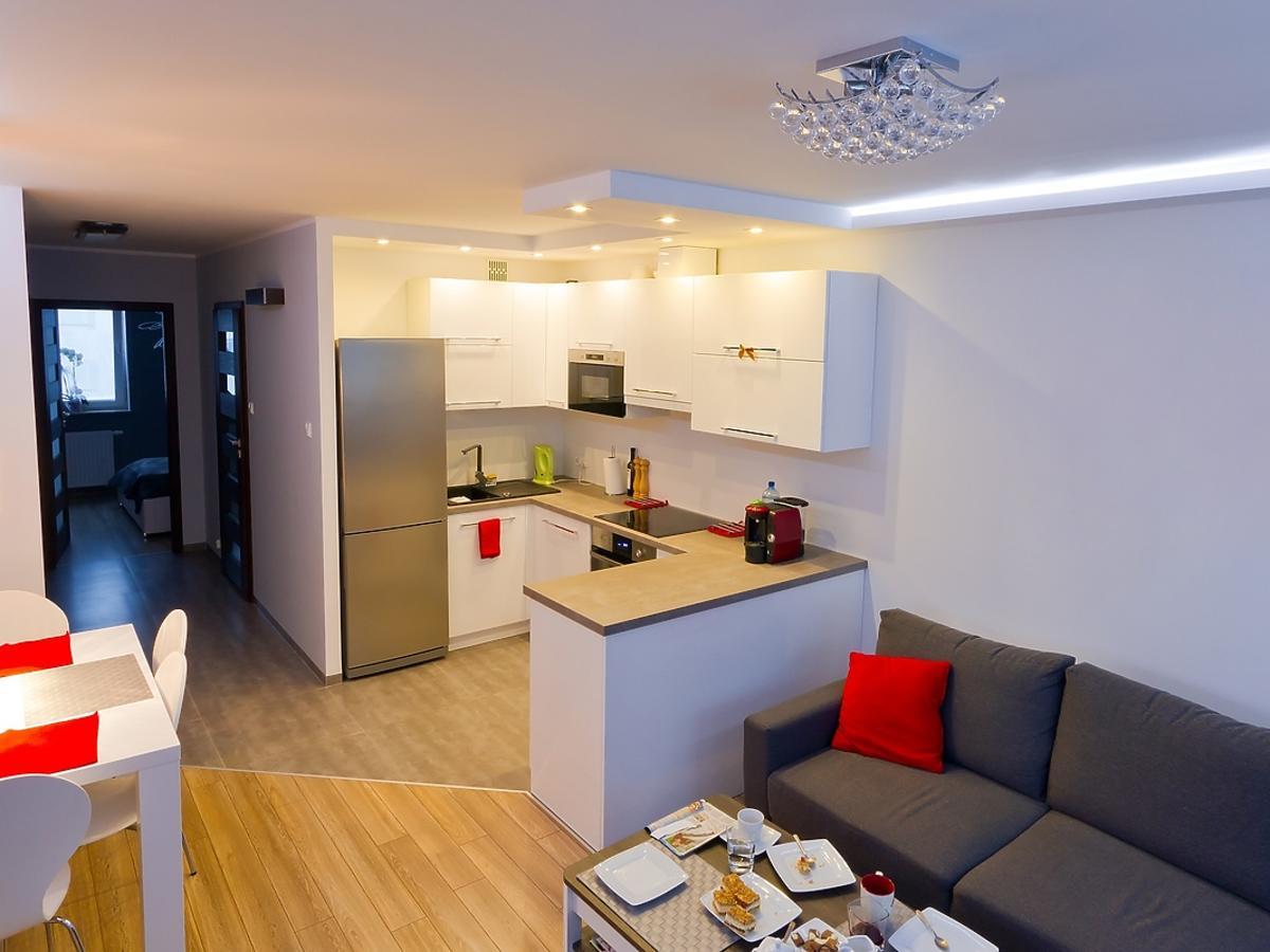 Małe mieszkanie urządzone meblami wielofunkcjonalnymi.