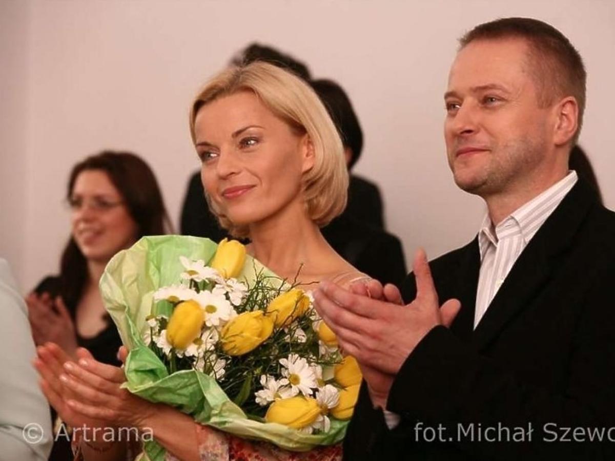 Małgorzata Foremniak z kwiatami i Artur Żmijewski w graniturze w serialu Na dobre i na złe