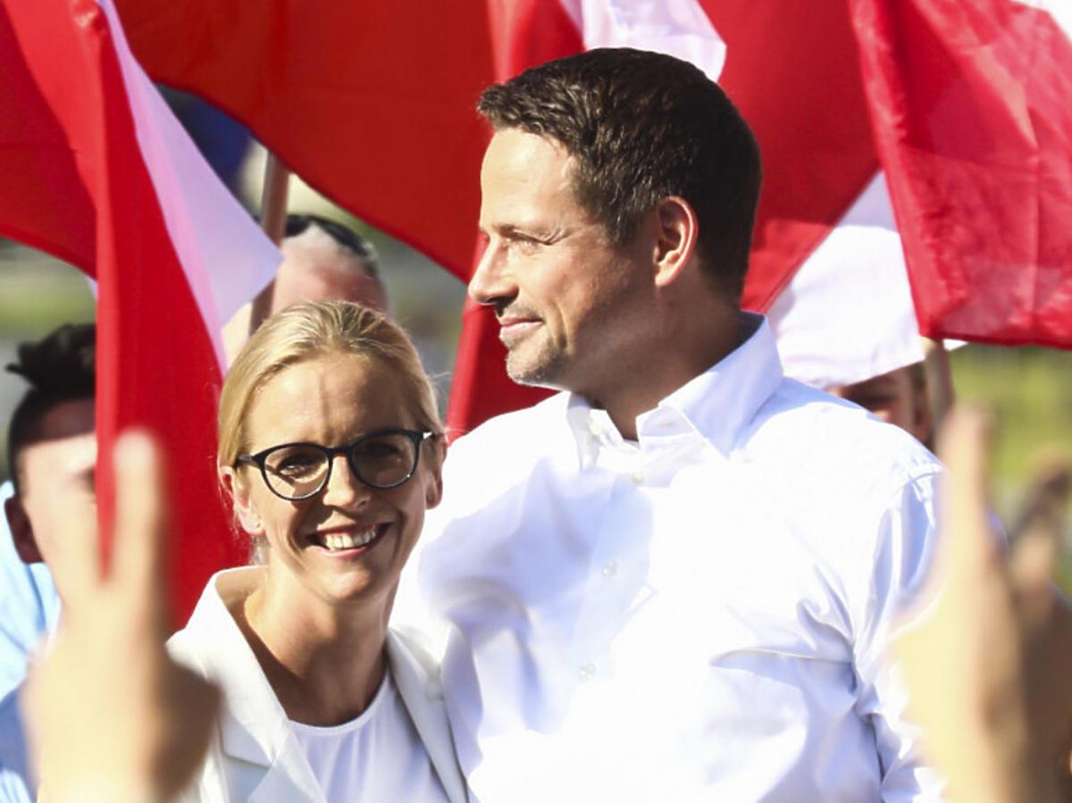 Małgorzata i Rafał Trzaskowscy w białych koszulach