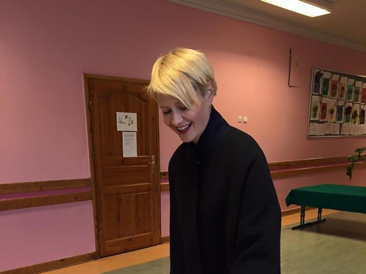 Małgorzata Kożuchowska przy urnie wyborczej