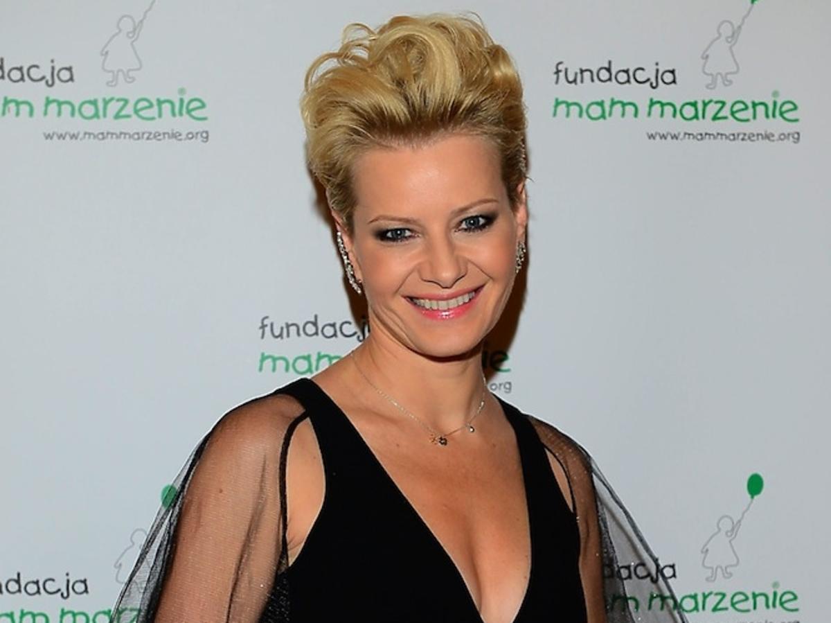 Małgorzata Kożuchowska w czarnej dopasowanej sukni poprowadziła licytację dla Fundacji Mam Marzenie