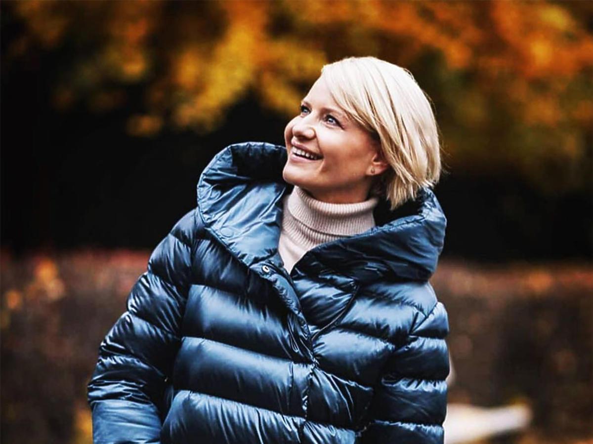 Małgorzata Kożuchowska w granatowym puchowym płaszczu