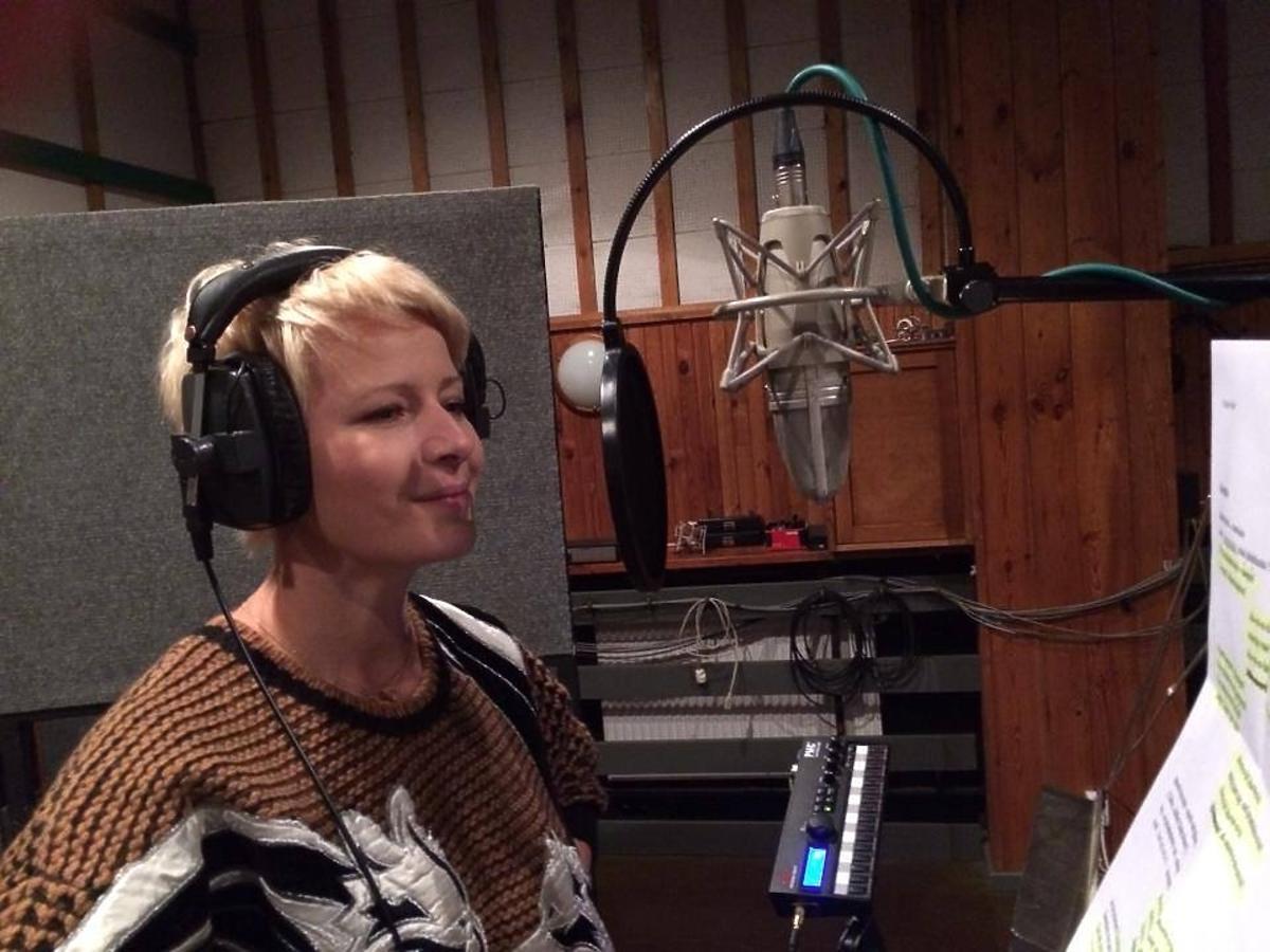 Małgorzata Kożuchowska w studiu nagraniowym