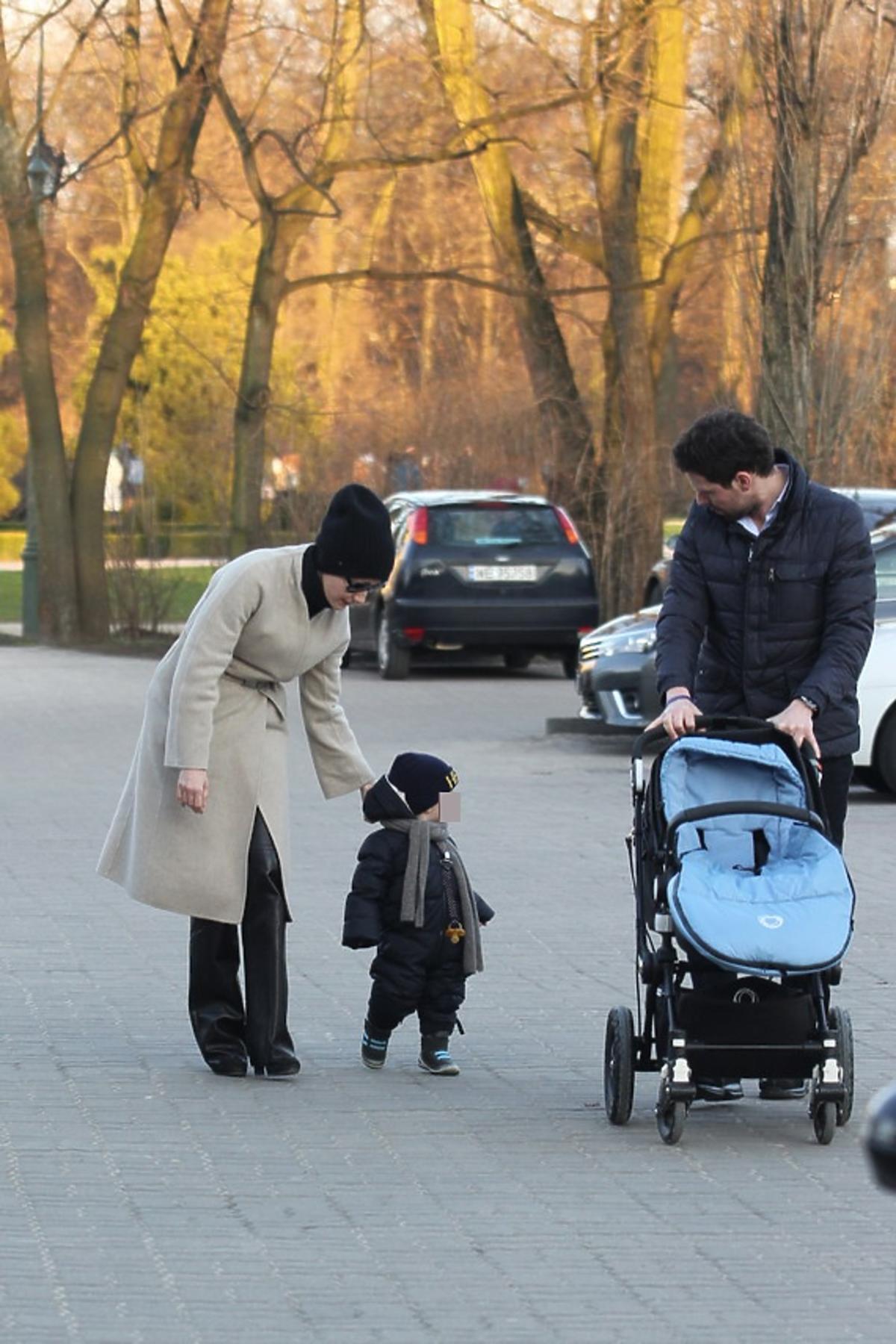 Małgorzata Kożuchowska z synem Jankiem idą ulicą i Bartkiem Wróblewskim z niebieskim wózkiem