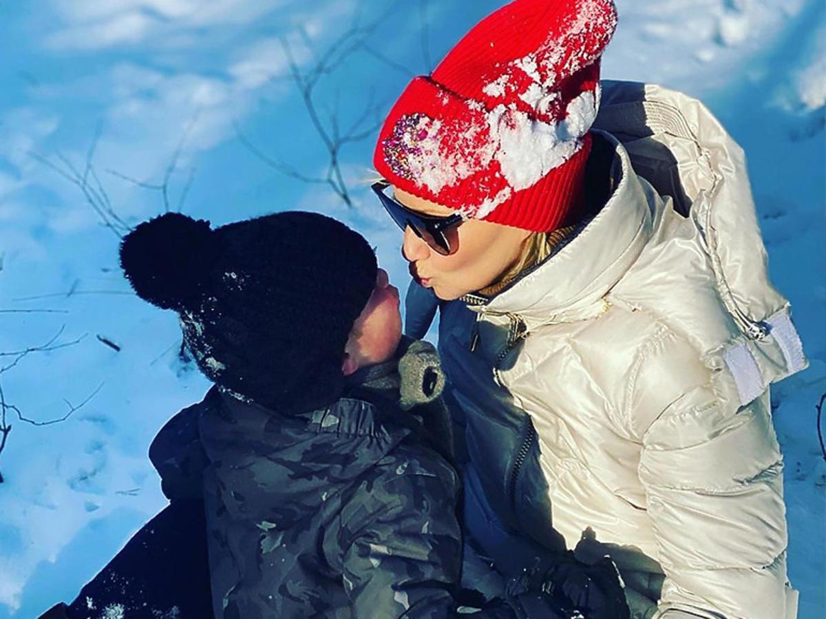 Małgorzata Kożuchowska z synem na śniegu