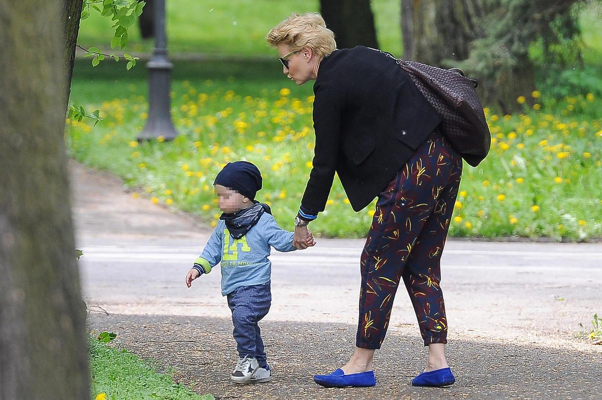 Małgorzata Kożuchowska z synem na spacerze