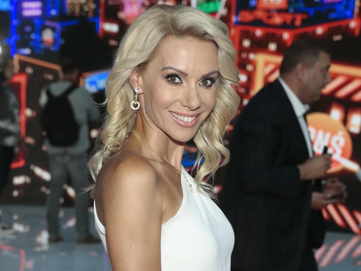 Małgorzata Opczowska w białej sukience na ramówce TVP