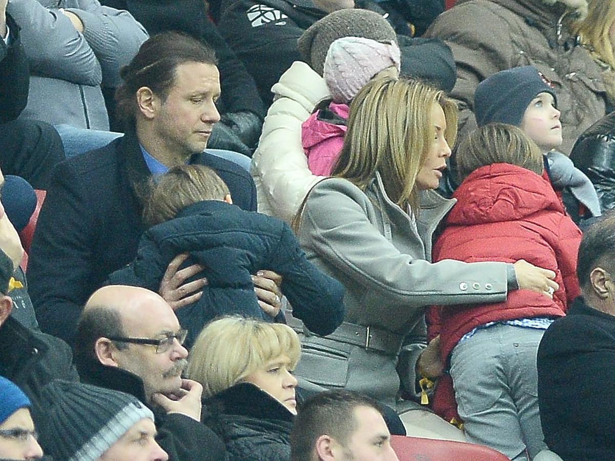 Małgorzata Rozenek i Radek Majdan z dziećmi na meczu Polska Szkocja. Rozenek z Majdanem paparazzi