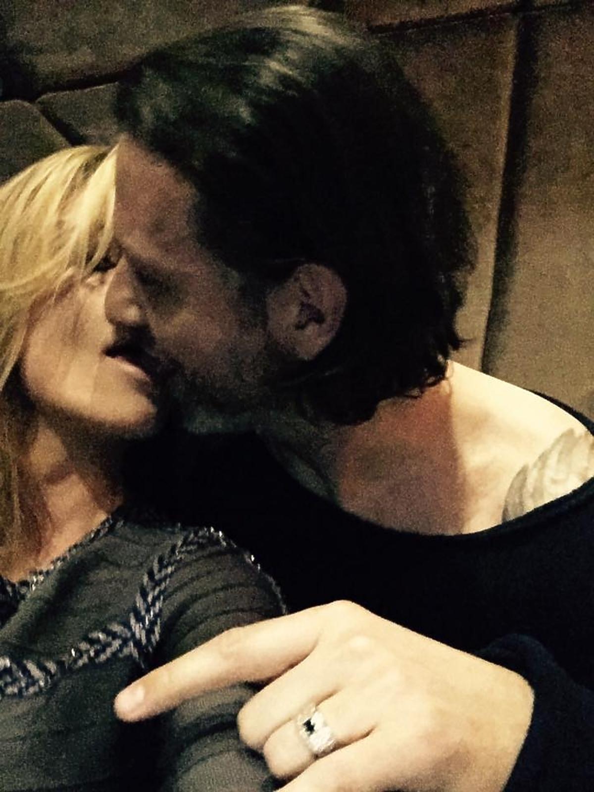 Małgorzata Rozenek i Radosław Majdan całują się