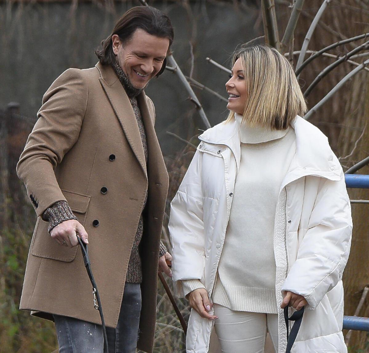Małgorzata Rozenek i Radosław Majdan na spacerze z psami
