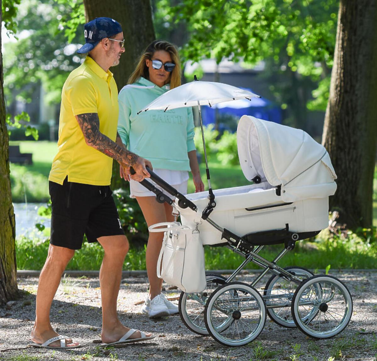 Małgorzata Rozenek i Radosław Majdan na spacerze z synem