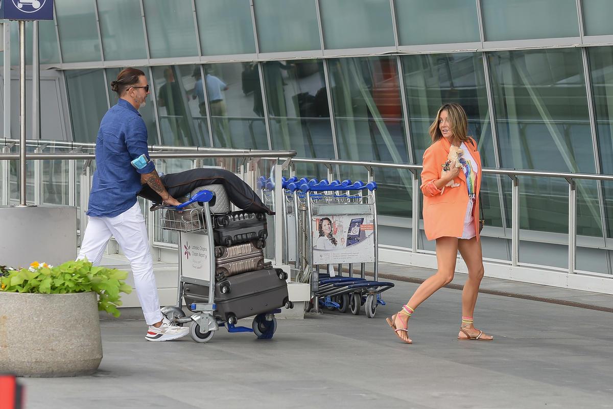 Małgorzata Rozenek i Radosław Majdan z bagażami