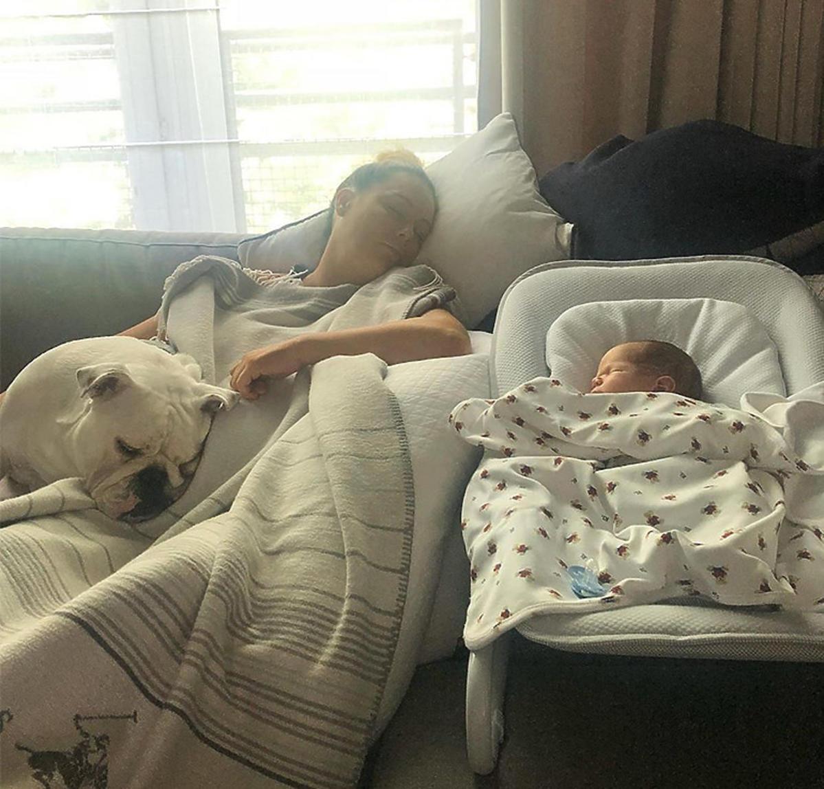 Małgorzata Rozenek pokazała jak wyglądają jej pierwsze dni po porodzie. Tu na zdjęciu z synem Henrykiem