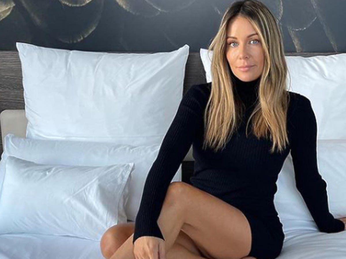 Małgorzata Rozenek pozuje na łóżku, ma wydłużoną stopę