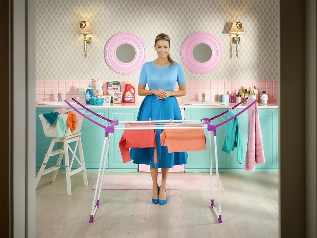 Małgorzata Rozenek przy suszarce na pranie