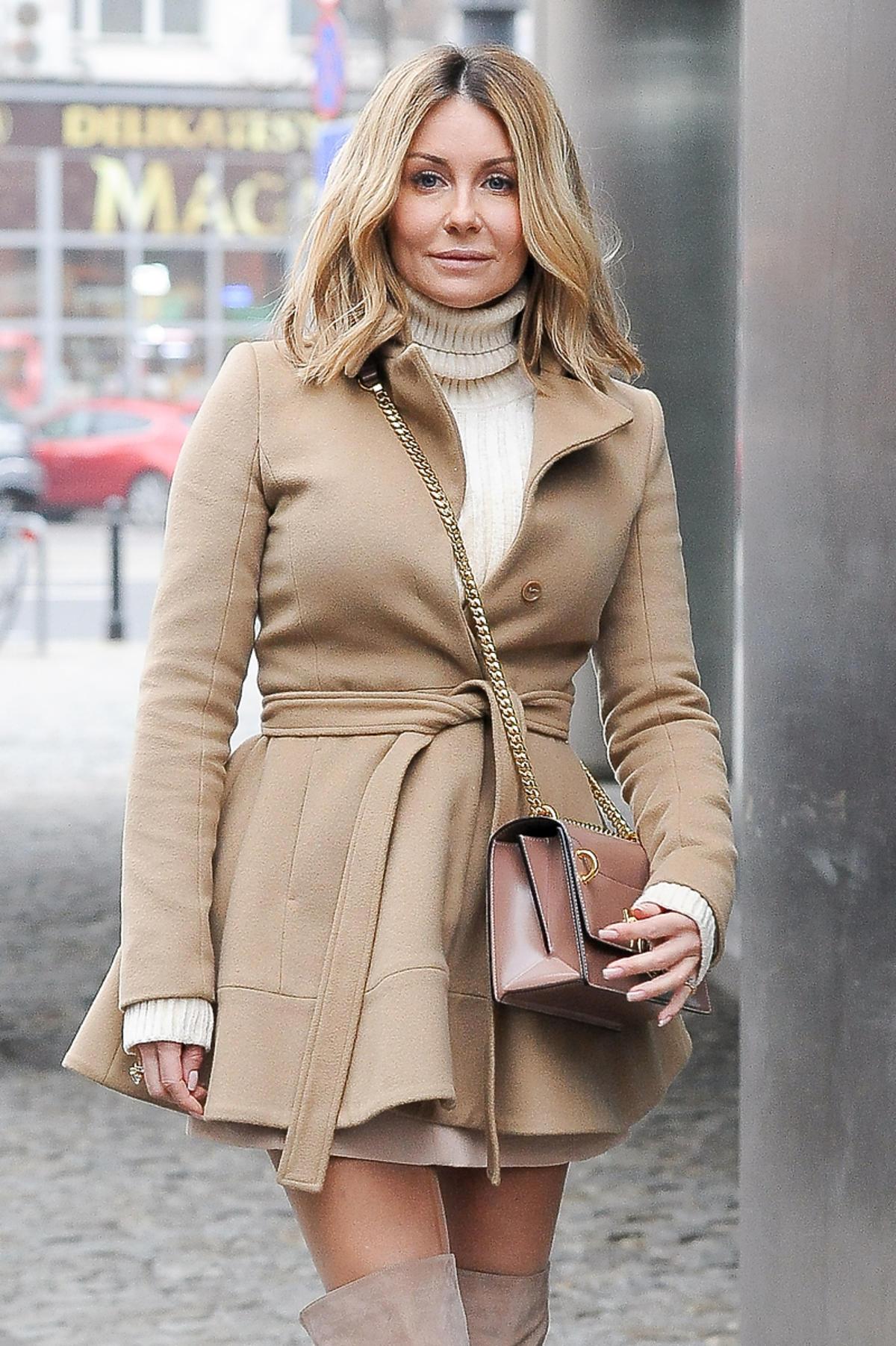 Małgorzata Rozenek w beżowej stylizacji pod studiem DDTVN
