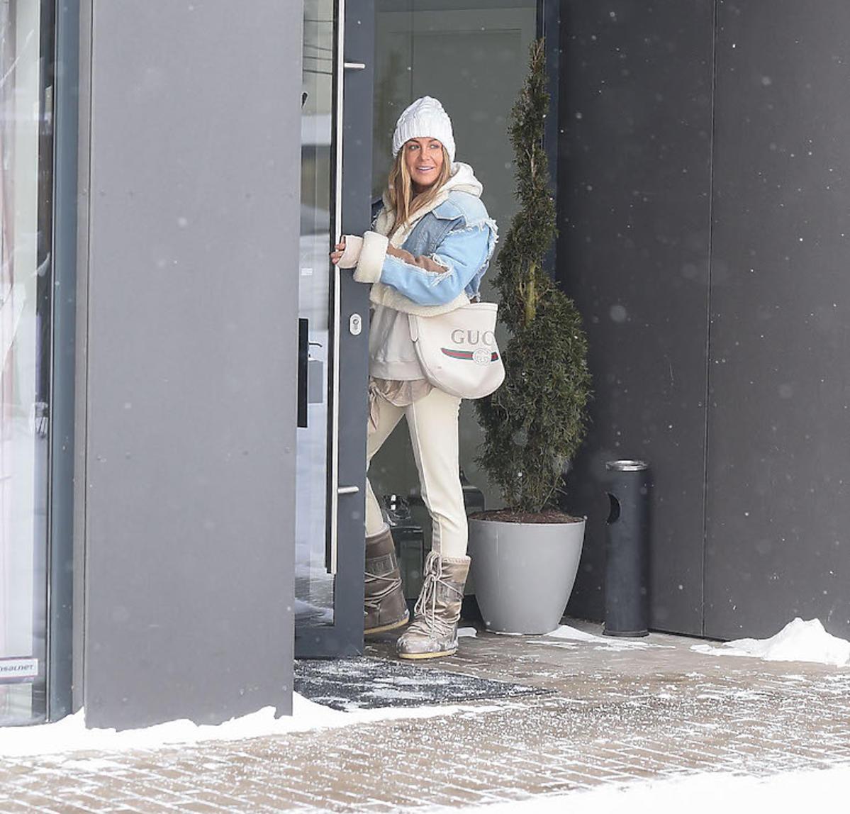 Małgorzata Rozenek w białej stylizacji idzie na paznokcie