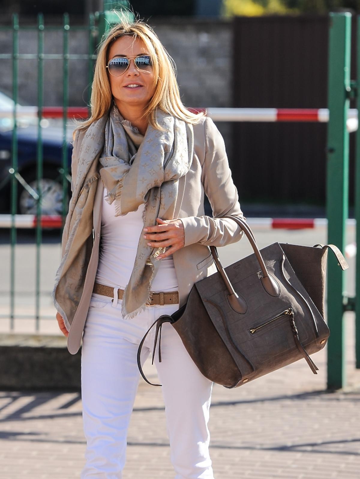 Małgorzata Rozenek w białych spodniach i w beżowej marynarce