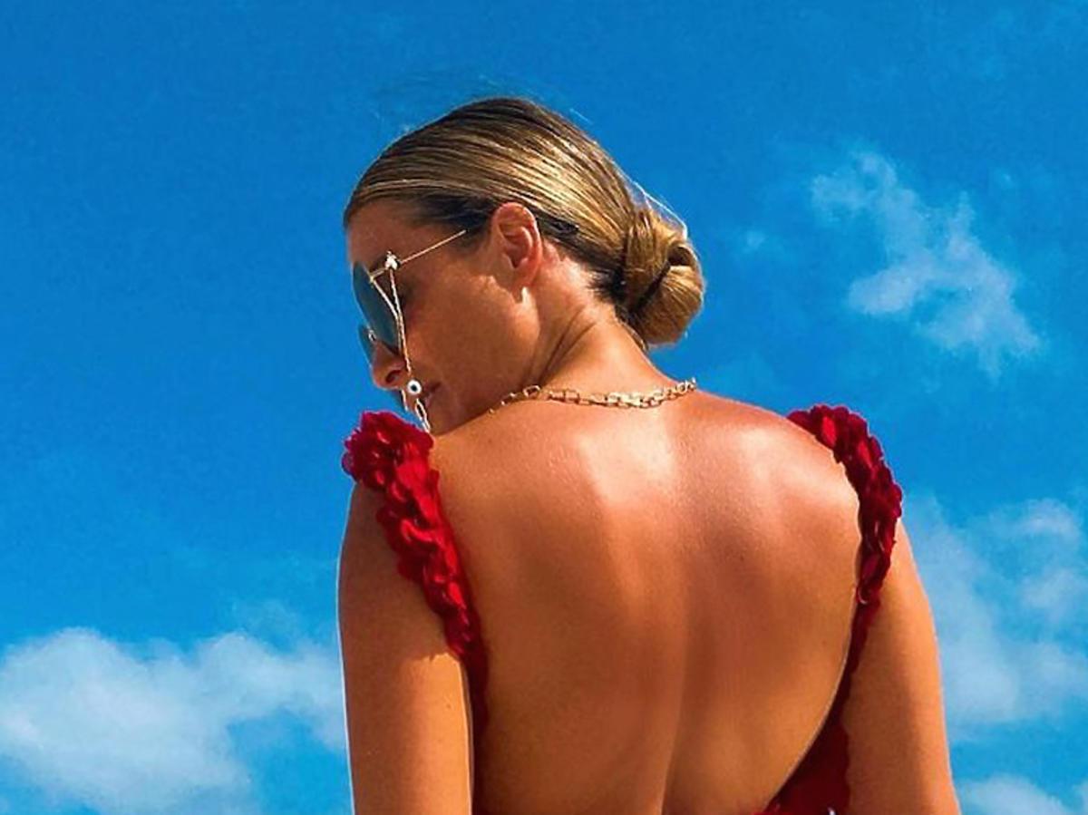 Małgorzata Rozenek w czerwonym kostiumie kąpielowym na plaży