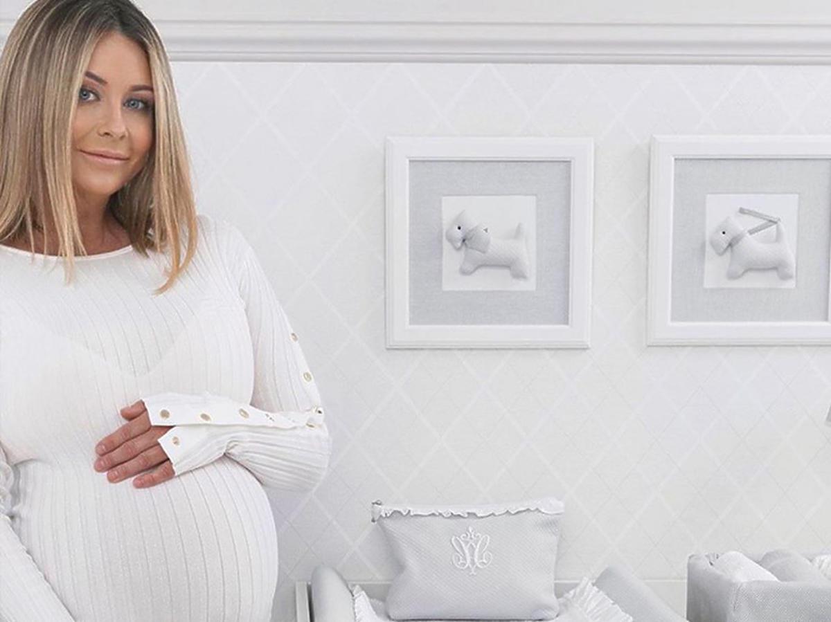 Małgorzata Rozenek w pokoju synka w białej sukience