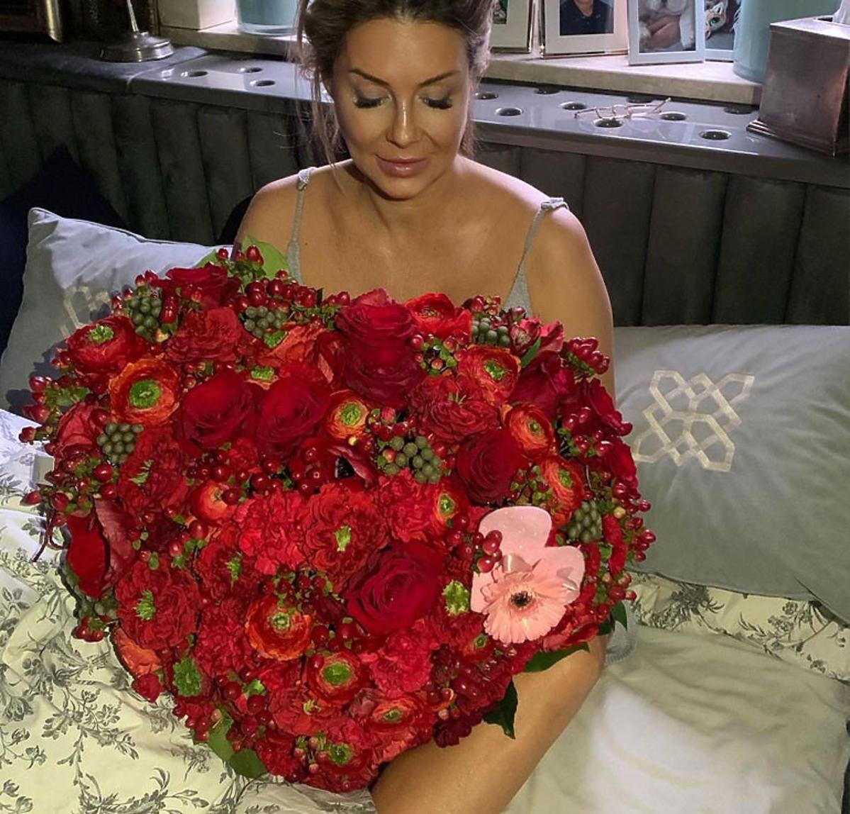 Małgorzata Rozenek z bukietem róż