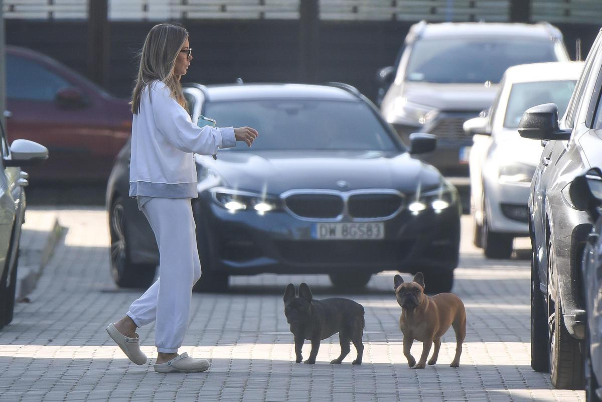 Małgorzata Rozenek z psami na spacerze