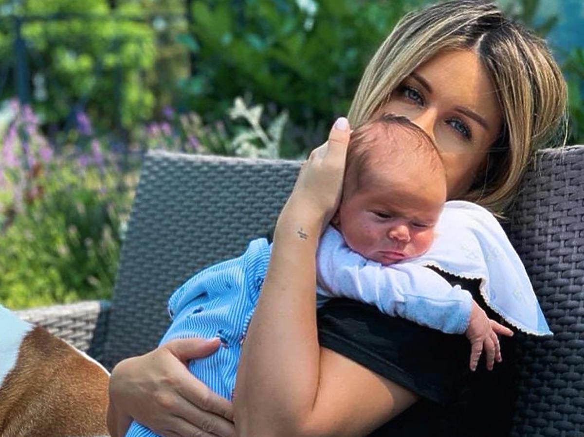 Małgorzata Rozenek z synem na kanapie
