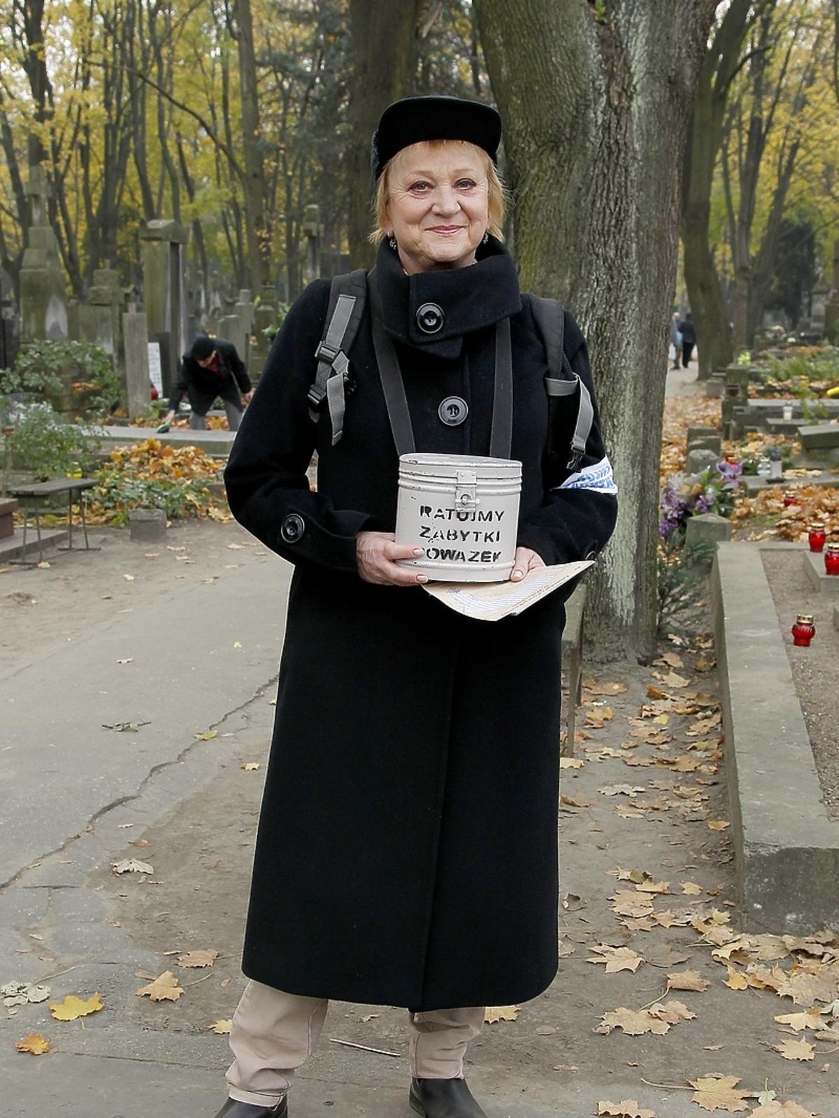 Małgorzata Różniatowska podczas kwesty artystów na Powązkach