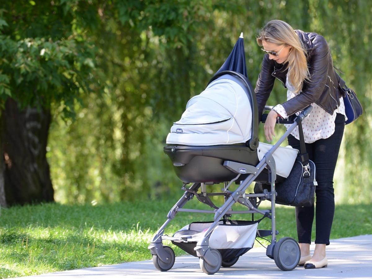 Małgorzata Socha na spacerze z córką Zosią