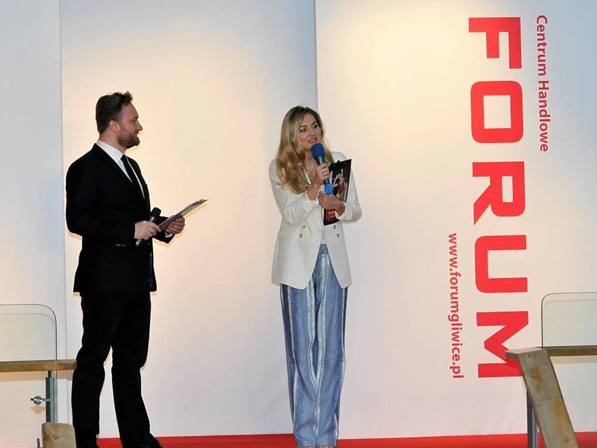 Małgorzata Socha prowadzi pokaz mody w Centrum Handlowe Forum