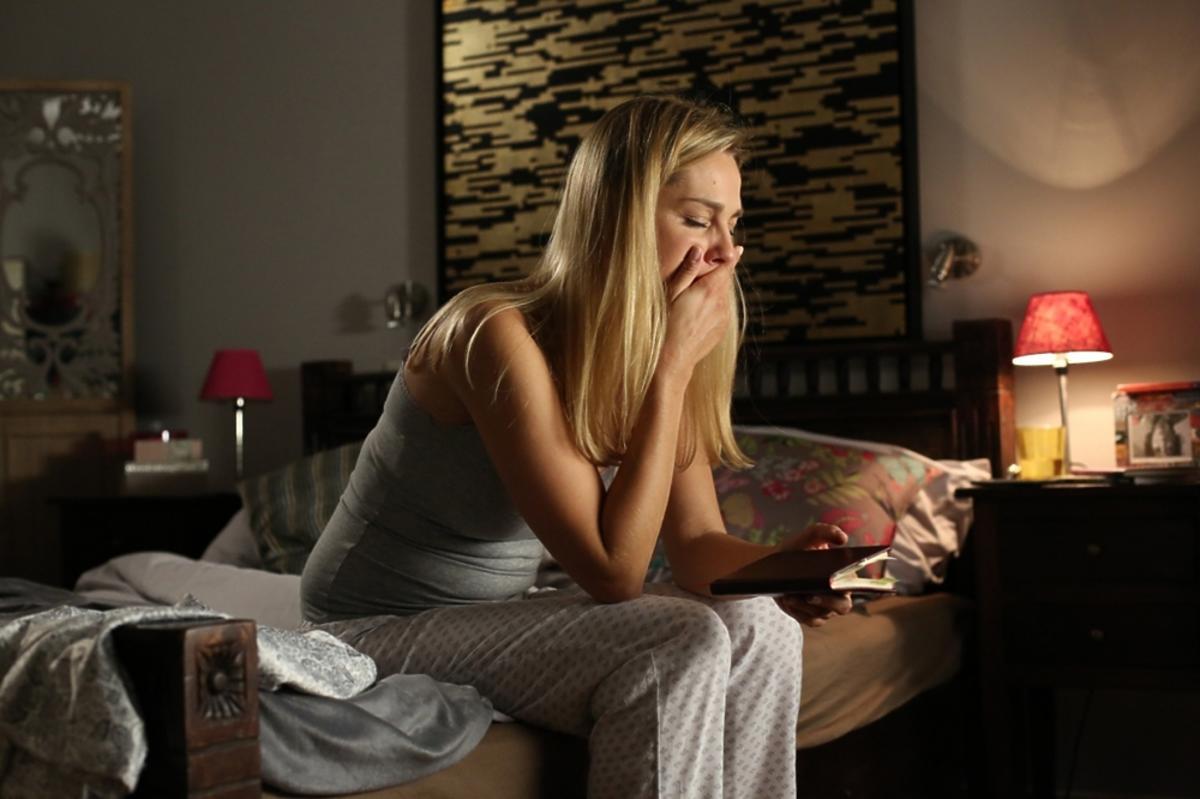 Małgorzata Socha siedzi na łóżku