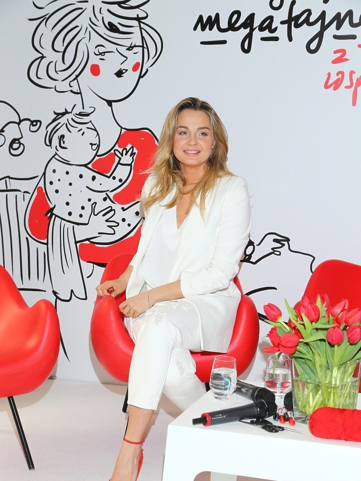 Małgorzata Socha w białej stylizacji na konferencji