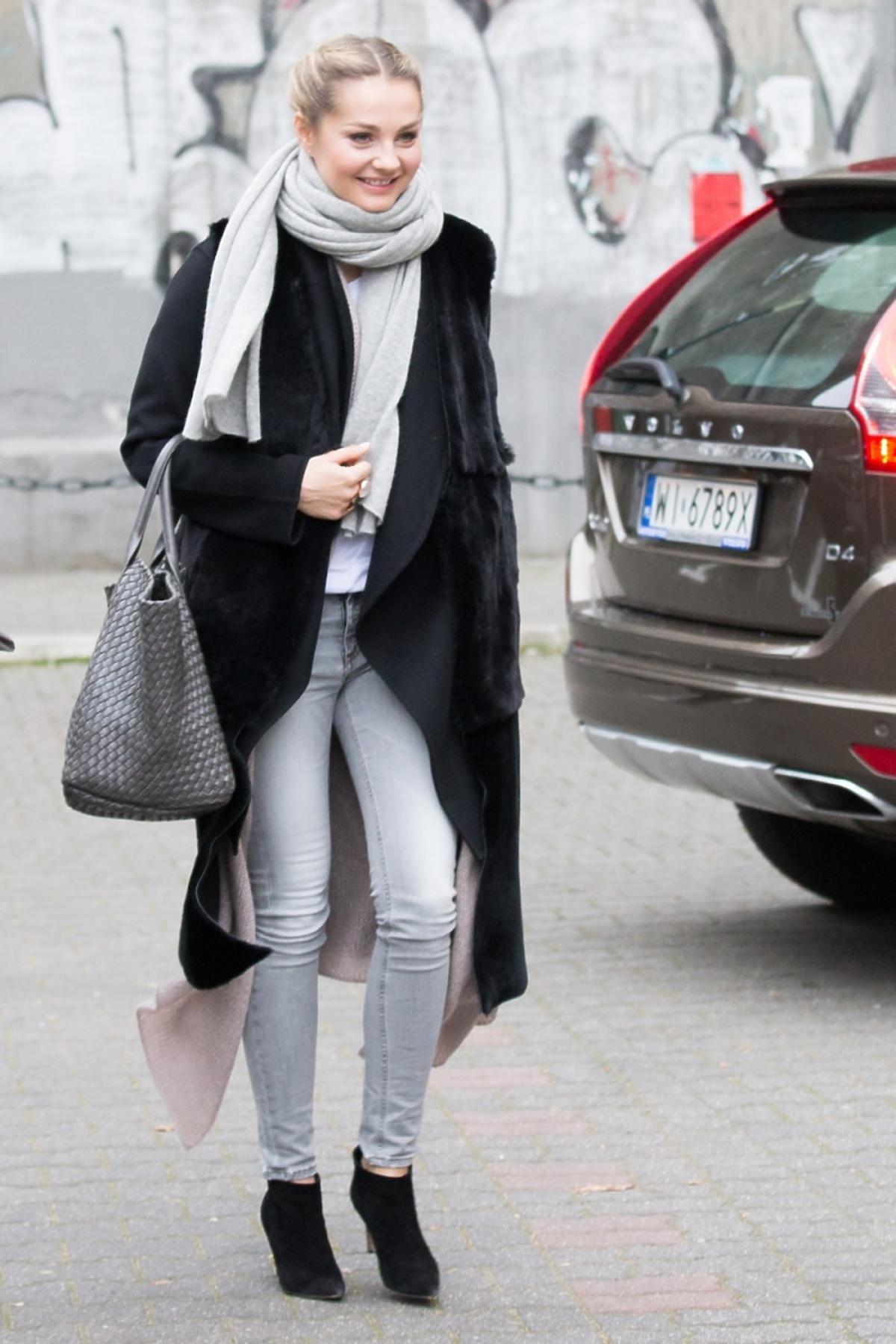 Małgorzata Socha w czarnej długiej kamizelce i jasnych spodniach
