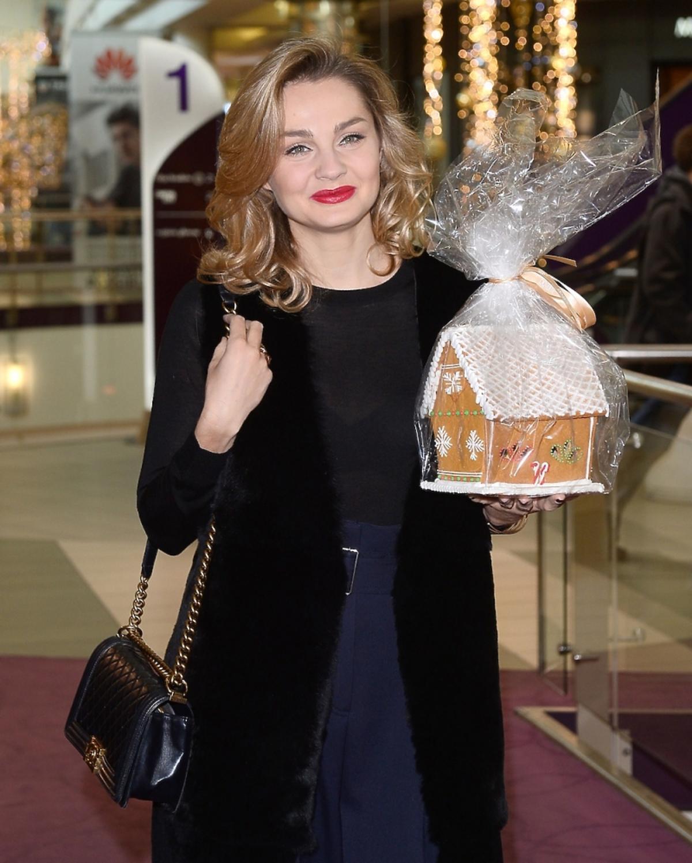 Małgorzata Socha w czarnej kamizelce z torebką Chanel i ciastem