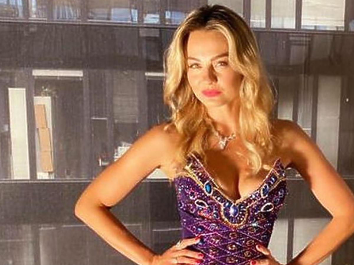Małgorzata Socha w fioletowej sukni