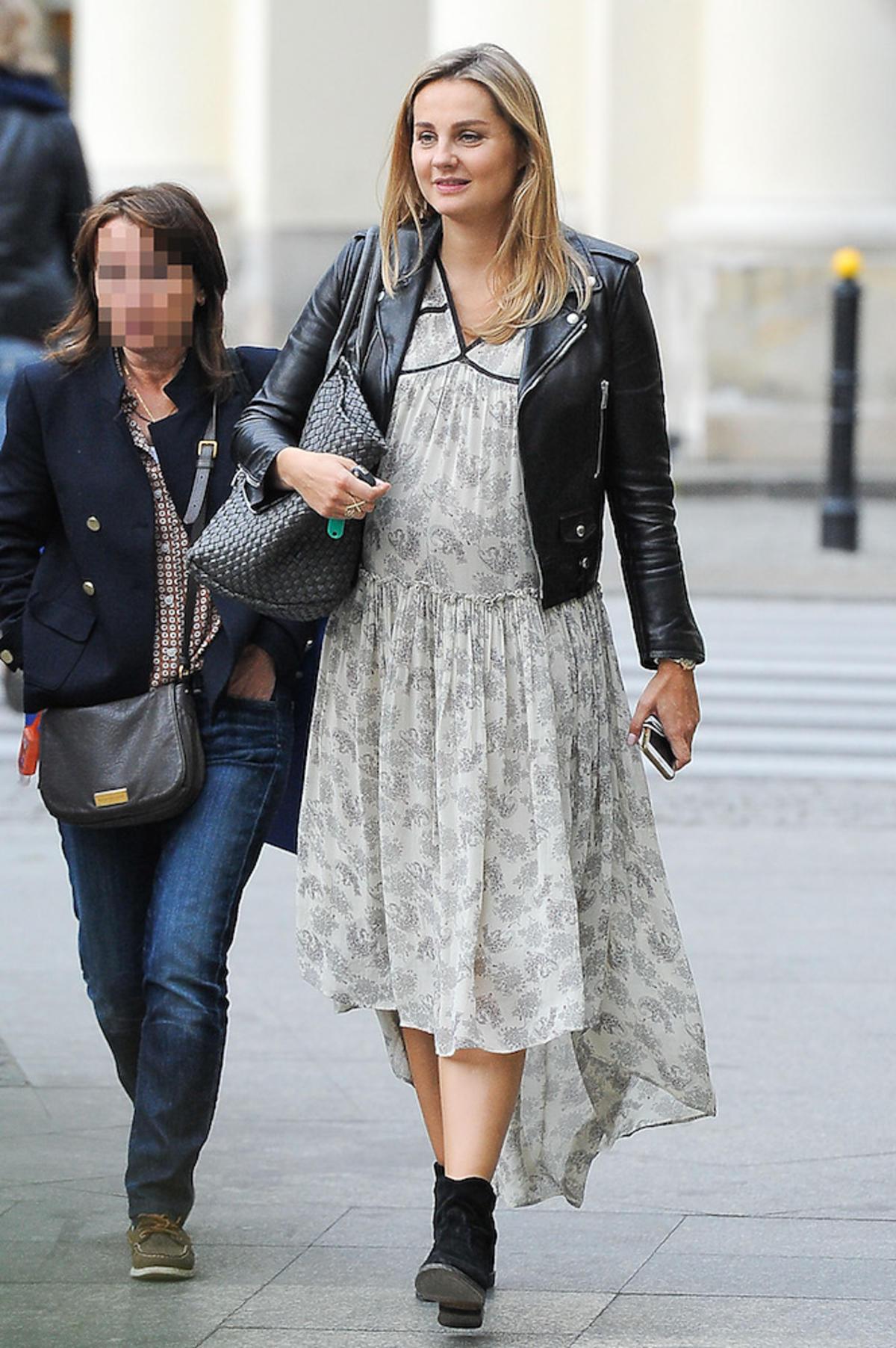 Małgorzata Socha w kwiecistej sykience na ulicach Warszawy