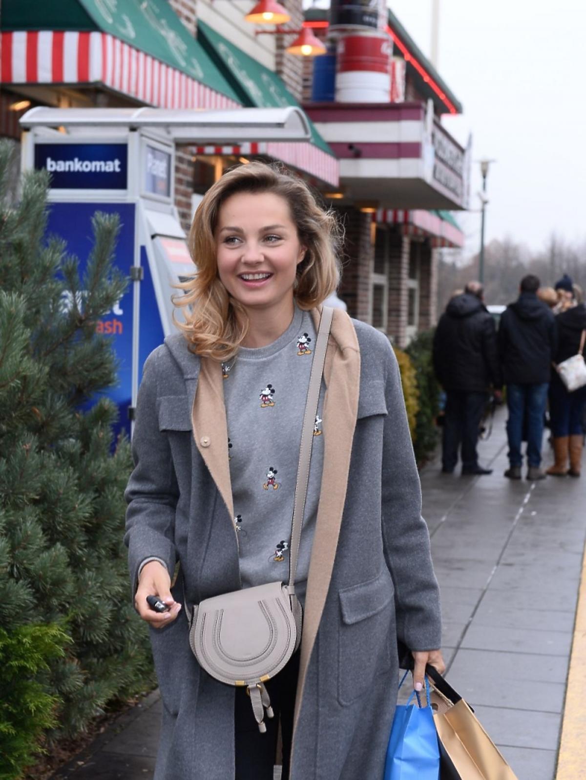 Małgorzata Socha w szarym płaszczu