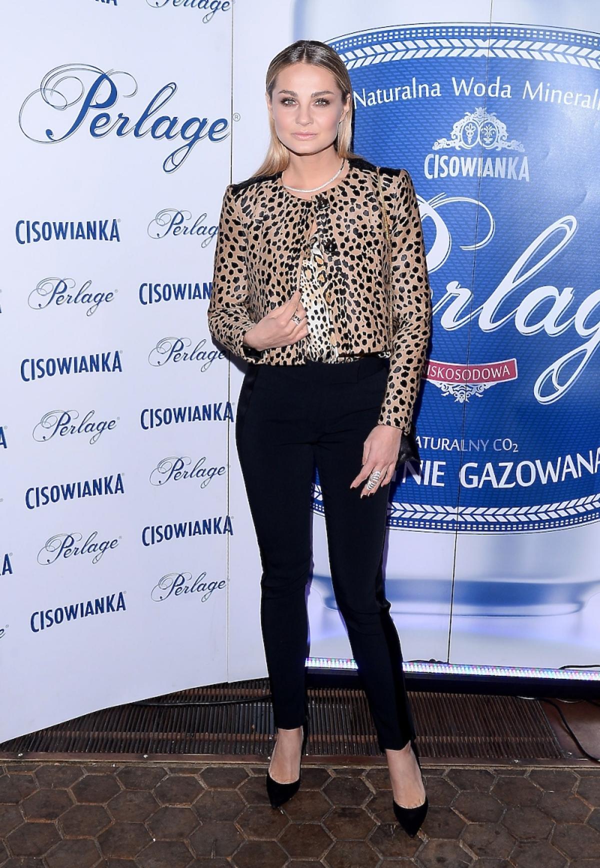 Małgorzata Socha w żakiecie w cętki i czarnych spodniach