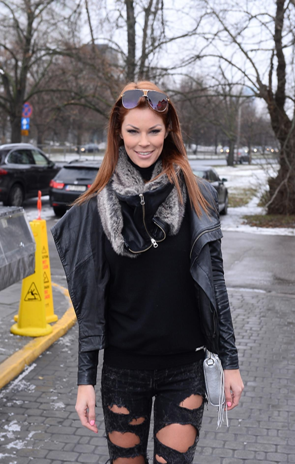 Małgorzata Tomaszewska-Słomina w spodniach z ogromnymi dziurami