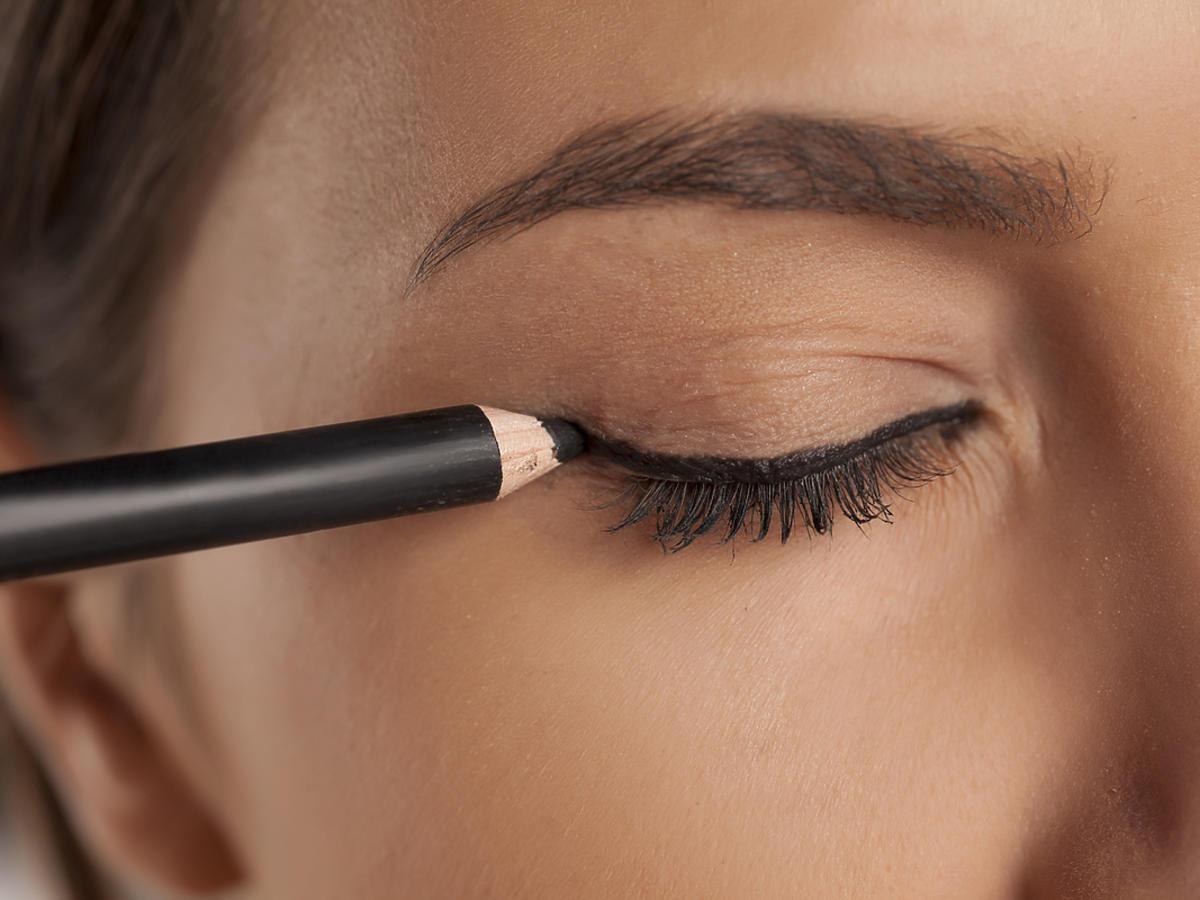 malowanie kreski na oku