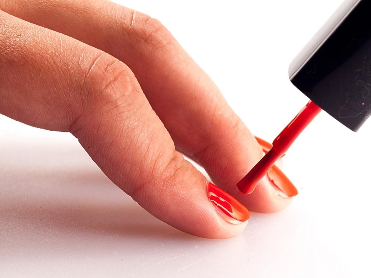 malowanie paznokci lakierem na czerwono