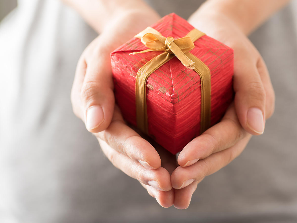 Mały prezent w kobiecych dłoniach.