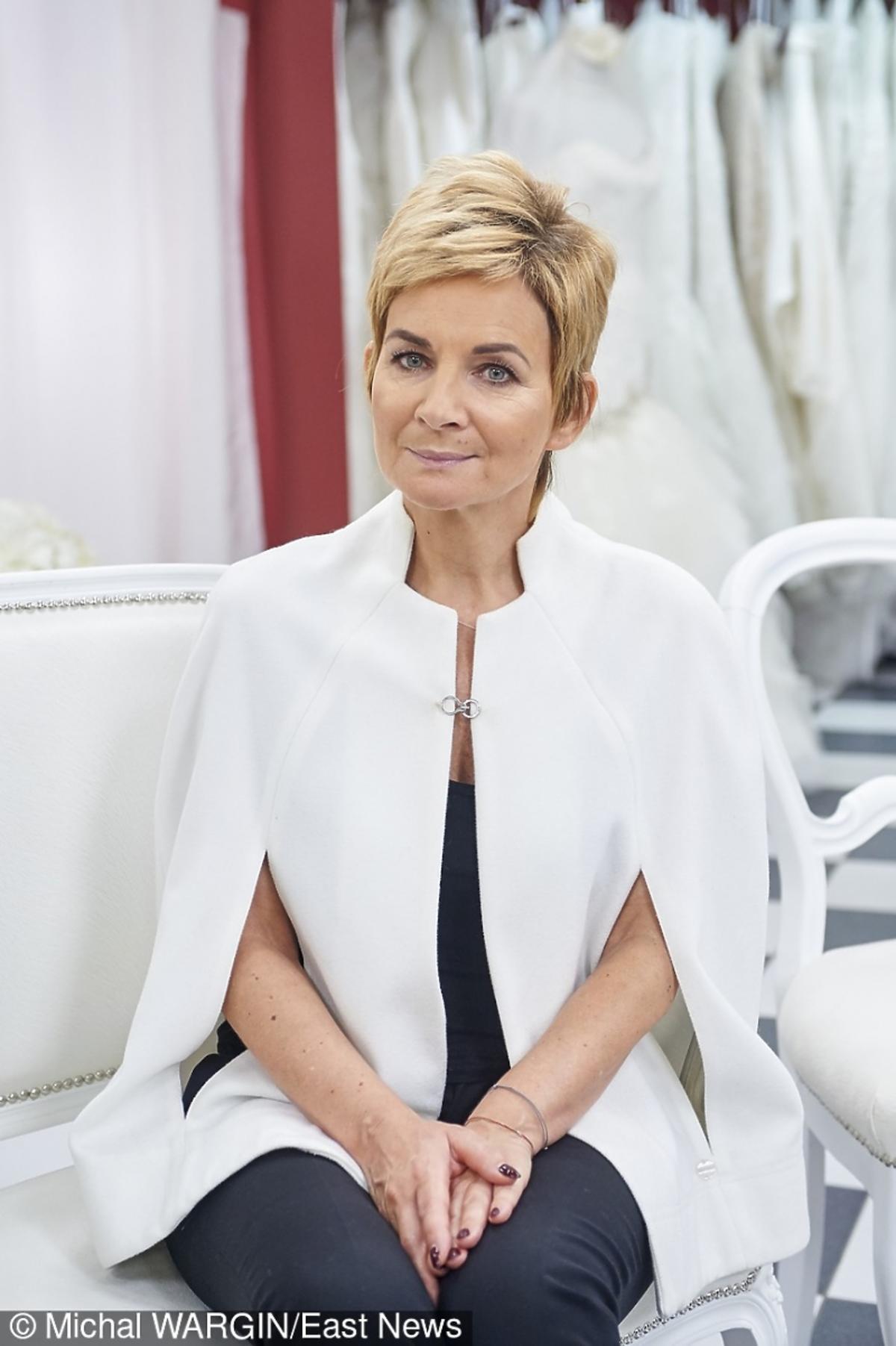 mama Natalii Siwiec w białym płaszczyku